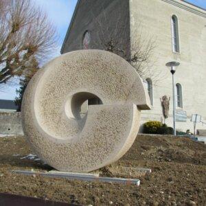 Zentralstein des Gemeinschaftsgrabes Wünnewil neu versetzt