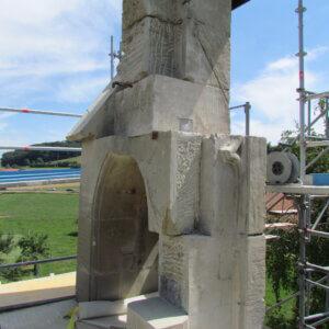 Glockenturm vor dem Versetzen der neuen Werkstücke